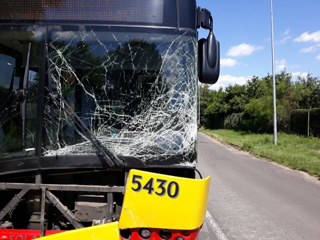 Czołowe zderzenie autobusu MPK z toyotą yaris