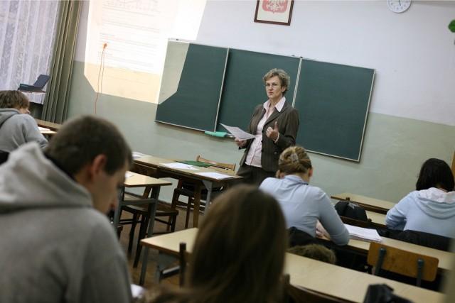 Od stycznia o 150 zł mają wzrosnąć pensje najniżej zarabiających nauczycieli - przewiduje projekt MEN. To wyrównanie do przyszłorocznej najniższej krajowej. Pedagodzy mają też szansę zyskać na dodatkach, ale będą to minimalne kwoty.Więcej informacji w dalszej części galerii >>>