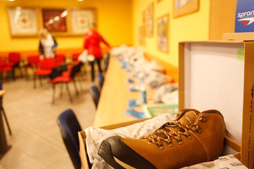 Według jednych stawianie butów na stole przynosi pecha, inni...