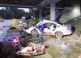 Potworny wypadek w Katowicach. Auto roztrzaskało się o filar wiaduktu na trasie DK79. Dwie osoby trafiły do szpitala