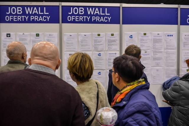 [sc]Nowy kodeks pracy 2020. Urlop 26 czy 35 dni[/sc]Teraz na pewno do dyskusji nad projektem nowego kodeksu pracy 2020 dojdzie wątek długości urlopu. Jak już informowaliśmy, związki zawodowe zgłosiły wniosek o wydłużenie urlopu aż o 9 dni czyli w praktyce o kolejne 2 tygodnie. Pierwsze reakcje pracodawców były dość sceptyczne i pewnie ich opór trafiłby do przekonania rządzącym, ale oni bardziej kierują się liczebnością grup potencjalnych wyborców, nie można więc wykluczyć, że wydłużenie urlopu – i to dla wszystkich – stanie się obowiązującym prawem.Tym bardziej, że wraz ze spodziewanym wyhamowaniem wzrostu gospodarczego trend na rynku pracy się zmieni – zamiast braku rąk do pracy, jak obecnie, zacznie przybywać bezrobotnych. Wydłużenie urlopów, by dawać pracę np. na zastępstwo może więc być niezłym sposobem na przypudrowanie problemu.