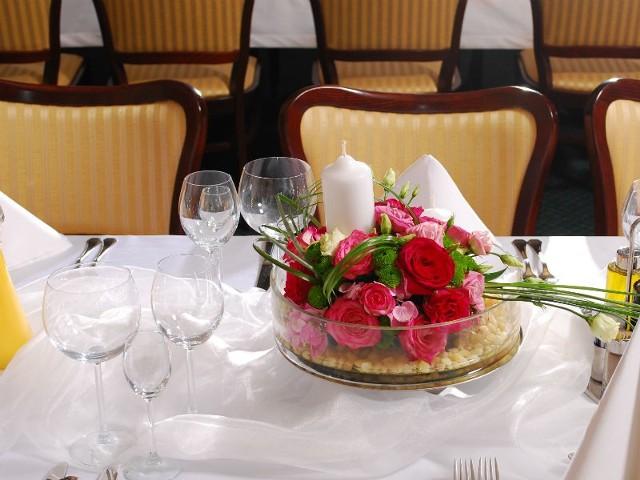 Odpowiednie usadzenie gości weselnych jest jednym z ważniejszych elementów udanego przyjęcia.
