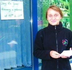 Mimo deszczu, już pierwszego dnia zbiórki samarytanka Żaneta Orzeł miała co robić. Pierwsze dary przyjęła o godz. 13 w poniedziałek.