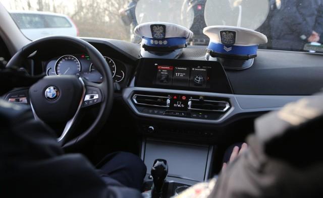 """Wiosną 2019 roku policjanci zauważyli, że przednia szyba radiowozu jest pęknięta. Żaden z policjantów nie przyznał się, że jej uszkodzenie nastąpiło na jego zmianie. Dlatego miał powstać pomysł znalezienia """"jelenia"""" - kierowcy, któremu wmówi się uszkodzenie szyby policyjnego bmw. Wkrótce zaczęły się jednak problemy. Czterech policjantów ma zarzuty. Śledztwo trwa."""