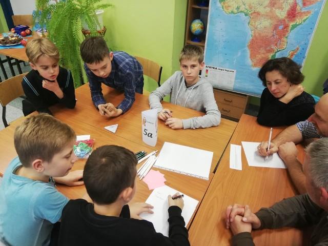 """W Szkole Podstawowej nr 5 w Białogardzie odbył się międzyklasowy konkurs dla uczniów i ich rodzin. W skład danej drużyny mogli wejść uczniowie klas piątych oraz rodzice, dziadkowie lub rodzeństwo. Konkurs """"W rodzinie matematyka"""" był realizowany w ramach projektu """"Rodzinna Matematyka"""", dofinansowanego przez Fundację mBanku. - Współpraca między drużynami była wspaniała, wszyscy z zapałem podejmowali coraz to nowe wyzwania, a zadania rozwiązywane były z prędkością światła. Emocje były niesamowite, a uczniowie i ich rodziny na długo zapamiętają ten dzień. Tego dnia tak naprawdę wszyscy byli zwycięzcami. Oczywiście  planujemy kontynuację tego przedsięwzięcia - powiedziała Ilona Wielocha, nauczycielka, współorganizatorka zabawy.Zobacz także Otwarcie Komendy Powiatowej Policji w Białogardzie"""