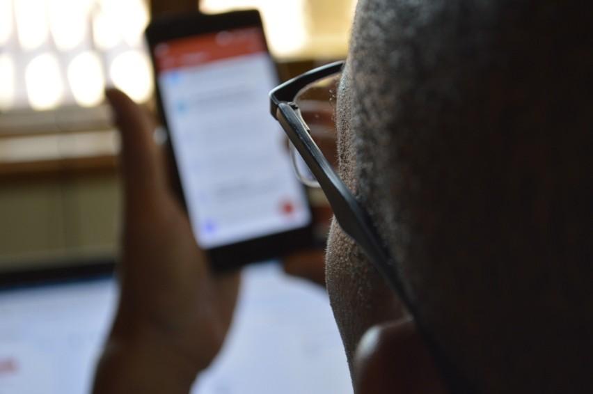 """Powstała rządowa aplikacja """"kwarantanna domowa"""". Teraz służby odpowiedzialne za zwalczanie epidemii sprawdzą, gdzie jesteś za pomocą twojego telefonu i usługi geolokalizacji. Na pocieszenie użytkownicy aplikacji mają dostać więcej informacji o wirusie i specjalną infolinię.CZYTAJ DALEJ NA NASTĘPNYM SLAJDZIE"""