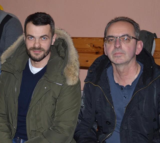 Paweł Brożek (z lewej) i Marek Tulej na trybunie proszowickiej hali sportowej