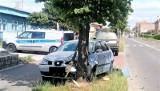Zderzenie aut na ul. Dworcowej w Zielonej Górze. Jeden z samochodów wjechał w drzewo
