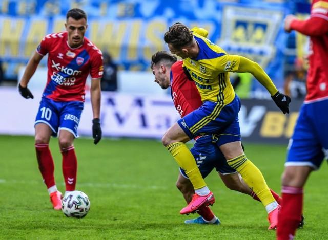 Arka Gdynia nie ma wyjścia i musi zapunktować w meczu z Rakowem. Inaczej widmo spadku z ligi jeszcze mocniej zajrzy w oczy zółto-niebieskim.