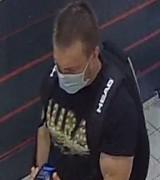 Policjanci ze Swarzędza poszukują kobiety i mężczyzny podejrzewanych o kradzież. Poznajesz te osoby?