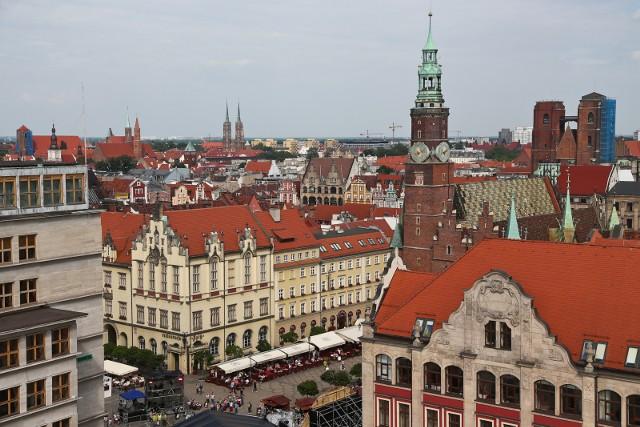 Naukowcy  z Uniwersytetu Wrocławskiego i Politechniki Wrocławskiej oraz praktykujący urbaniści przez rok badali jak się mieszka na wrocławskich osiedlach. Pod uwagę brano m.in. wzajemne zaufanie mieszkańców, deklarowaną wrogość, czy dostępność do usług. W internetowej ankiecie zapytano się także wrocławian, jak oceniają swoje osiedla. Na tej podstawie stworzyliśmy ranking pięciu najlepiej i najgorzej ocenianych rejonów i osiedli we Wrocławiu.ZOBACZ NAJLEPSZE I NAJGORSZE OSIEDLA PORUSZAJĄC SIĘ PO GALERII PRZY POMOCY STRZAŁEK NA KLAWIATURZEWięcej na temat najlepszych i najgorszych wrocławskich osiedli przeczytasz w środowym, papierowym wydaniu Gazety Wrocławskiej.