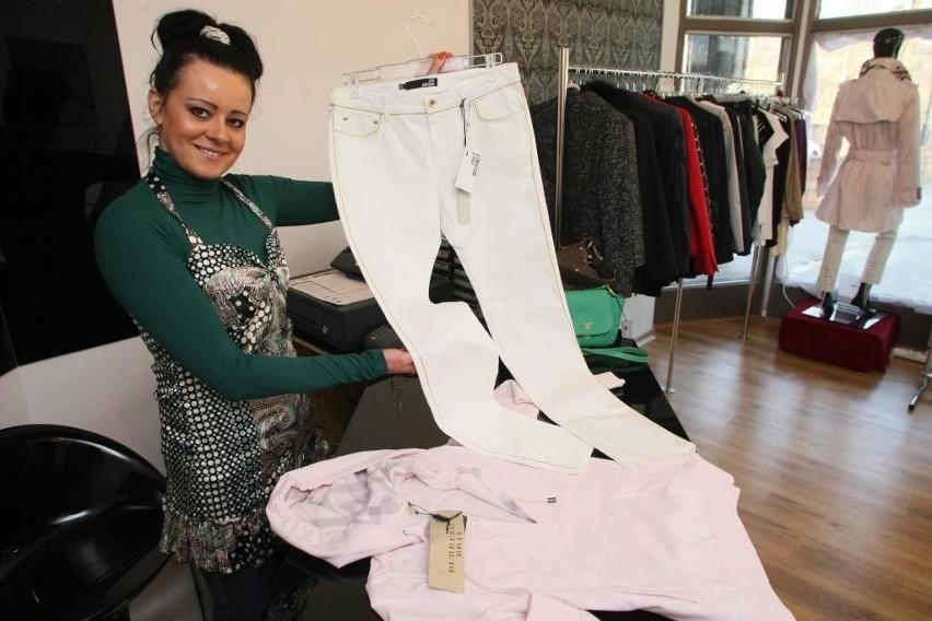 Gabriela Gurdziel z outletu Incognito, prezentuje białe jeansy od Moschino i sportową bluzę z kapturem słynnej firmy Burberry.