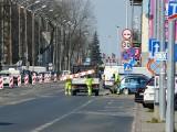 Pabianice. Połowa ul. Zamkowej miała być zamknięta. Robotnicy zapomnieli zablokować wjazd. Część kierowców jeździ po staremu ZDJĘCIA