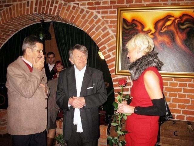 Artysta (w środku) przyjmuje gratulacje od Stefana Ścisłowicza i Hanny Rucińskiej
