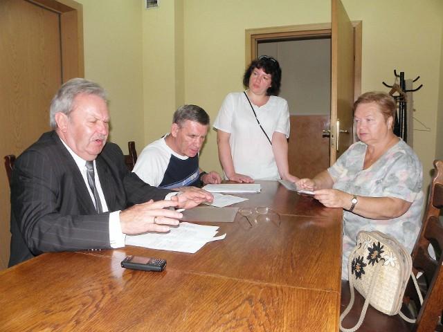Zbigniew Gedowski (z lewej) każdego dnia spotyka się z niezadowolonymi lokatorami. Na zdjęciu ze Zbigniew Milewskim, jego córką Małgorzatą Górną oraz Alicją Michalak.Zbigniew Gedowski (z lewej) każdego dnia spotyka się z niezadowolonymi lokatorami. Na zdjęciu ze Zbigniew Milewskim, jego córką Małgorzatą Górną oraz Alicją Michalak.
