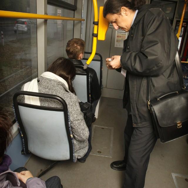 J. W. wielokrotnie jeździła komunikacją miejską MPK bez ważnego biletu. Kilka razy zatrzymali ją kontrolerzy. Kary za jadę bez biletu nie płaciła.