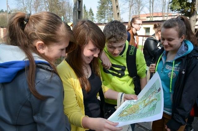 """Ola Ostapczuk (w środku), Grażyna Abramowicz (z prawej) oraz ich koledzy, zanim wyruszyli w teren """"Śladami supraskich legend"""", dokładnie przejrzeli mapę."""