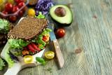 Zdrowe jedzenie – jak wybierać produkty, przyrządzać posiłki i komponować dietę, by chronić się przed rozwojem chorób