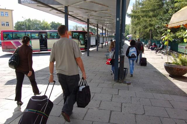 Przez lata dworzec autobusowy w Tarnowie mieścił się w rejonie skrzyżowania ul. Dworcowej i Krakowskiej. Działka z dworcem została jednak przed 10 laty sprzedana prywatnemu właścicielowi. Ten ma inny pomysł na zagospodarowanie tego miejsca i od kwietnia autobusy już się tu nie zatrzymują