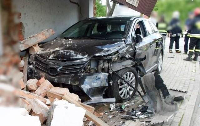 Samochód staranował przystanek w Mokrej. Do wypadku doszło 23 czerwca 2020 roku Zobacz kolejne zdjęcia. Przesuwaj zdjęcia w prawo - naciśnij strzałkę lub przycisk NASTĘPNE