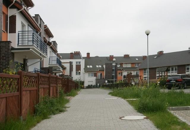 Od trzech lat mieszkańcy tego osiedla mieszkają w domach, do których nie mają żadnych praw. A zapłacili za nie po kilkaset tysięcy złotych.