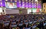 Luzowanie obostrzeń. Kina i teatry zostaną otwarte wcześniej. Premier Morawiecki przedstawił plan