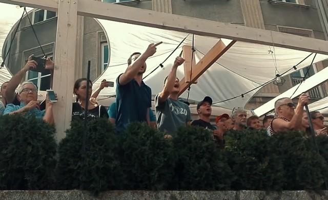 To stopklatki teledysku, który nakręcili podlascy muzycy po pierwszym w historii miasta Marszu Równości w Białymstoku. To protest przeciwko fali agresji, która przeszła wtedy przez miasto wobec maszerujących w marszu ludzi.