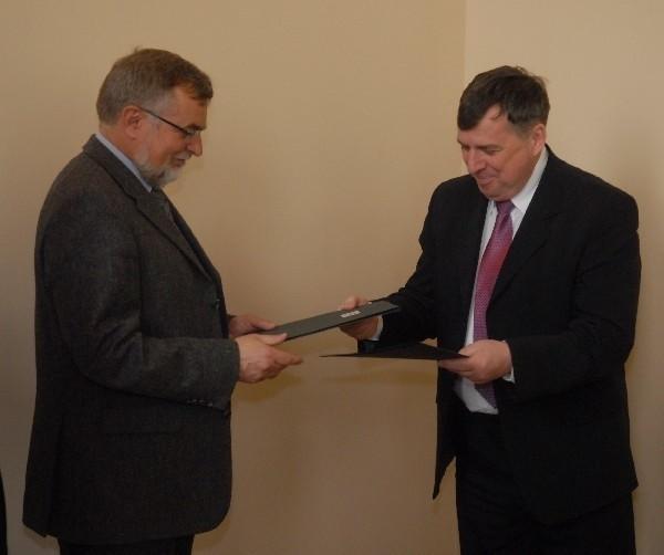 Umowę o współpracy podpisali Rektor UZ, prof. dr. hab. Czesław Osękowski i prezes firmy ADB Janusz Szajna