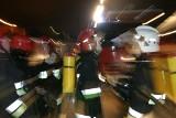 Pożar samochodu w Przechlewie. W nocy 6.11.2018 straż pożarna gasiła płonące auto zaparkowane przed domem przy ul. Człuchowskiej