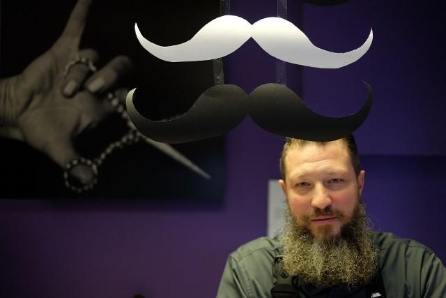 """Akcja """"Movember"""" gości w salonie na osiedlu Orła Białego, a w weekend mężczyźni będa mogli porozmawić o badaniach jąder i prostaty na Targach Piwnych"""