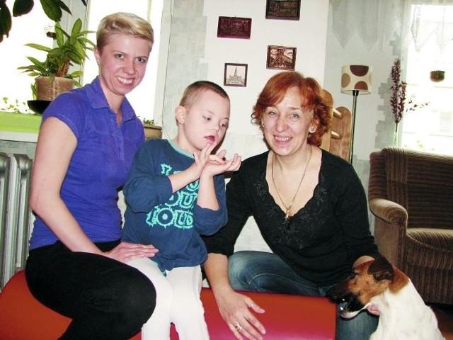 Filip urodził się z zespołem Downa. Ma też padaczkę, autyzm i całą listę innych chorób. – Dzięki pracy zrobił olbrzymi postęp – mówi fizjoterapeutka Justyna Niczyporuk (z lewej).