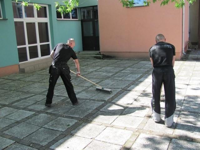 Więźniowie pracują m.in. nieodpłatnie w szkołach. Wykonują proste prace porządkowe
