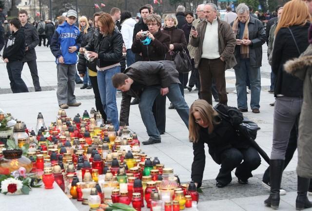 10 kwietnia 2010 roku. Białostoczanie zapalają znicze na Rynku Kościuszki: przed pomnikiem Jana PAwła II i Marszałka Józefa Piłsudskiego