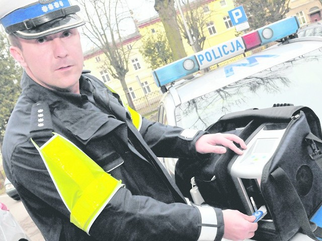 W województwie zachodnipomorskim policjanci dysponują 200 narkotesterami. W Koszalinie od niedawna drugim. Jak działają? Jakie zachowanie kierowcy sprawia, że staje się podejrzany? O tym opowiedział nam nadkom. Damian Dubas.