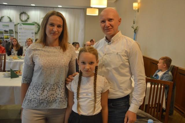W ubiegłorocznej edycji konkursu plastycznego ogłoszonego przez KRUS z pierwszego miejsca w kategorii klas 0-III razem z najbliższymi cieszyła się Zofia Habrych z SP Dąbrowa w gm. Namysłów.