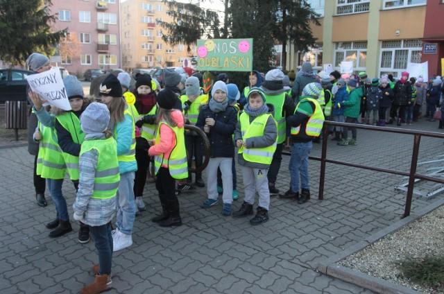 """Uczniowie klas drugich i trzecich szkoły podstawowej w Białobrzegach wzięli udział w """"Marszu dla bezpieczeństwa""""."""