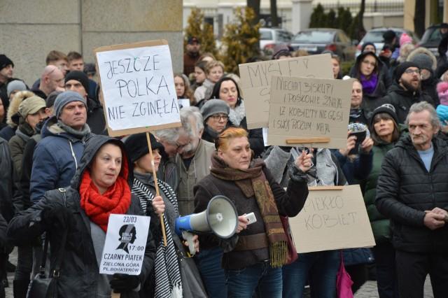 """Hipokryci, fanatycy - poczujecie gniew ulicy - krzyczały kobiety i mężczyźni w piątkowe popołudnie zgromadzeni na placu Bohaterów w Zielonej Górze. Czarny Piątek to akcja skierowana przeciwko ustawie """"Zatrzymaj aborcję"""", którą zajmuje się Sejm. Nowe prawo ma zdelegalizować przerywanie ciąży ze względu na ciężkie uszkodzenie płodu."""