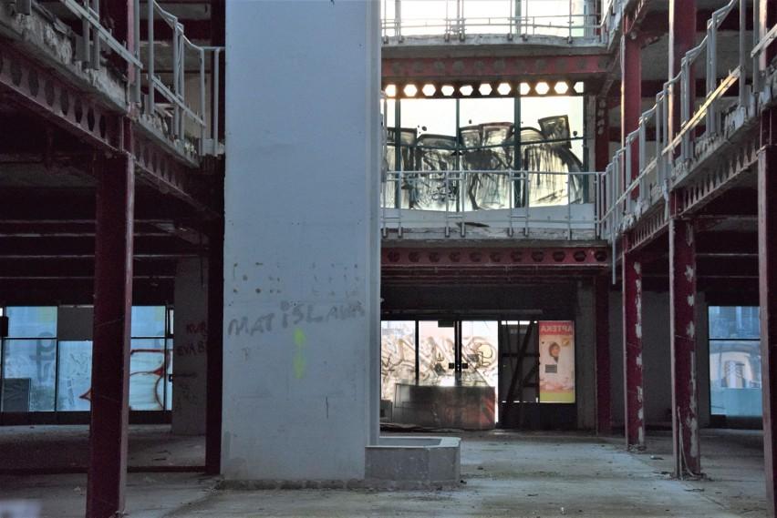Widać, że teren wokół Galerii Pod Topolami, ale i w środku,...