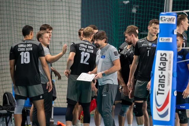 Trener Jakub Bednaruk wraz ze swoimi podopiecznymi.