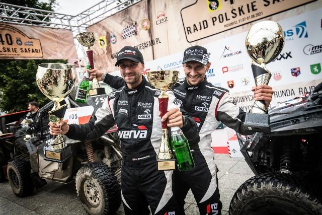 Tomasz Białkowski i Dariusz Baśkiewicz po zwycięstwie w Rajdzie Polskie Safari zaprezentowali wyjątkowo okazałe puchary