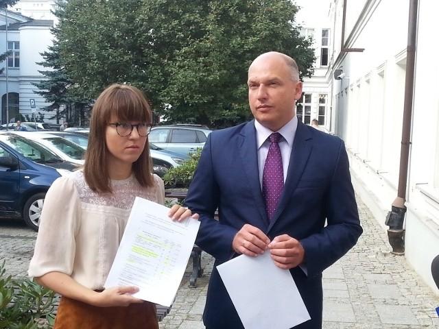 Radni PiS, Marta Grzeszczyk i Łukasz Magin domagaja się odwołania dyrektora MOPS.