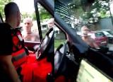 Atak na ratowników pogotowia w Rudzie Śląskiej. Agresywny mężczyzna zniszczył karetkę z pacjentem w środku