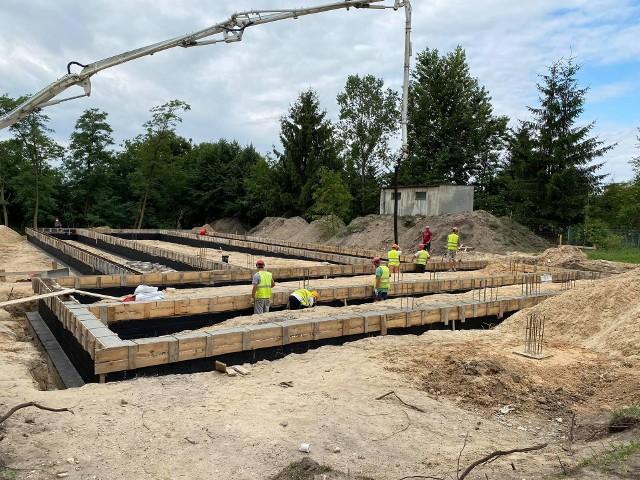 Na placu budowy widać już zarys powstającego centrum. Wykonawca wylewa betonowe fundamenty.