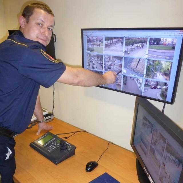 - Na monitorach doskonale widać sytuacje, w których ludzie popełniają wykroczenia - pokazuje st. insp. Adam Sadłowski.