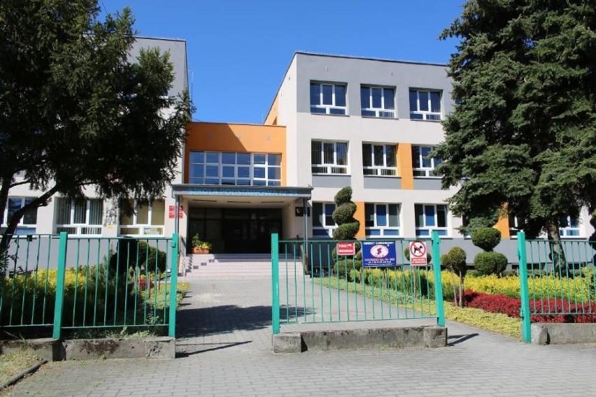 Dyrektor Szkoły Podstawowej nr 25 w Rzeszowie informuje, że Polska Spółka Gazownictwa wydała swoją decyzję w sprawie wycinki drzew z terenu szkoły. To kolejna decyzja umożliwiająca wycięcie łącznie kilkudziesięciu drzew.