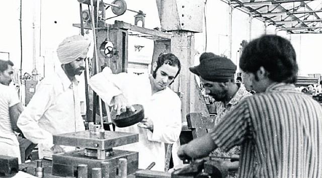 """Rok 1967: Sanjay Ghandi ze swoimi współpracownikami konstruuje """"tani samochód dla Indii"""""""