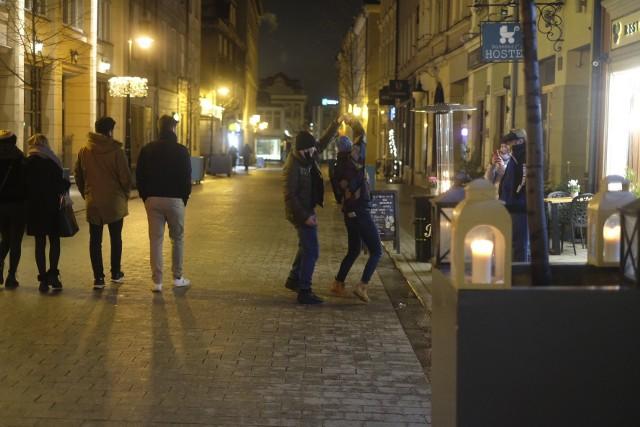 W całej Polsce niektórzy restauratorzy mają dość lockdownu i mimo grożących wysokich kar zdecydowali się otworzyć swoje lokale. Czy na poznańskim Starym Rynku są restauracje i puby, które wpuszczają do siebie klientów? Sprawdziliśmy to w sobotni wieczór. Jak się okazało, cześć restauracji, kawiarni i pubów nadal jest zamknięta.  Inne z kolei prowadzą działalność gastronomiczną jedynie na wynos. To właśnie przed nimi można było spotkać niewielkie grupki osób z grzanym winem, kawą, herbatą lub z jakimś posiłkiem. Sprawdź w naszej galerii, jak wyglądał sobotni wieczór na Starym Rynku i co zobaczył nasz fotoreporter.Zobacz zdjęcia --->