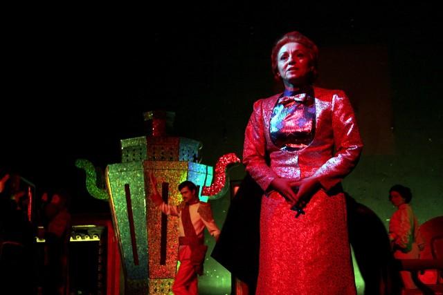 Znakomita jest Jolanta Rychłowska w podwójnej roli: Nataszy oraz narratorki spektaklu