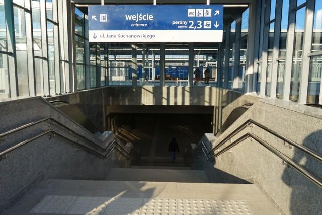 Zboczeniec był widziany w okolicach podziemnego przejścia na dworcu PKP w Rzeszowie.