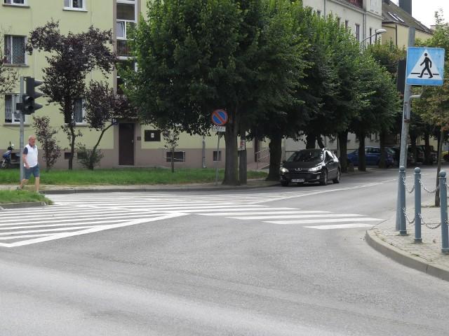 Skrzyżowanie u zbiegu ulic: Mostowej, Paderewskiego, 3 Maja. Ciężko przejść przez pasy w ciągu, na jednych światłach.